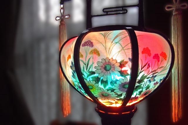 明かりのついた盆提灯