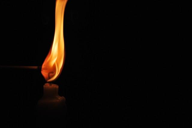 ろうそくに火を付ける
